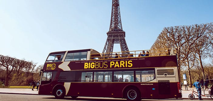 Autobus turistico de Paris junto a Torre Eiffel